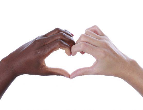 Schwarze und weie Hand bilden ein Herz, isoliert
